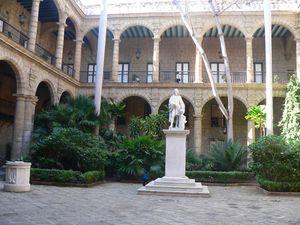 Patio con estatua de Cristóbal Colón,, Museo de La Ciudad, La Habana