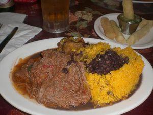 Comida Cubana, Ropa Vieja y Plátanos Fritos con Yuca